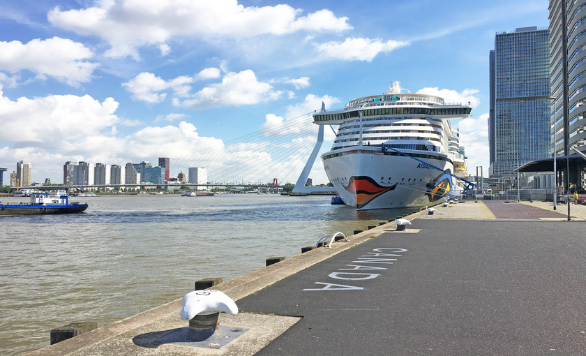 AIDAprima cruiseschip AIDA Cruises in haven Rotterdam